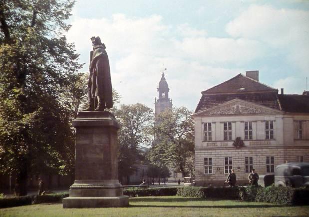 Steuben-Denkmal_und_Hotel_ZUM_EINSIEDLER%3B_ca._1940.jpg